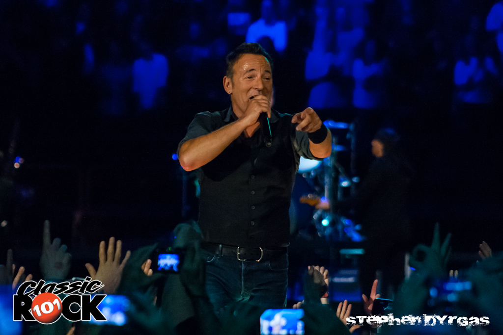 Bruce Springsteen covers 'Stayin' Alive' in Brisbane