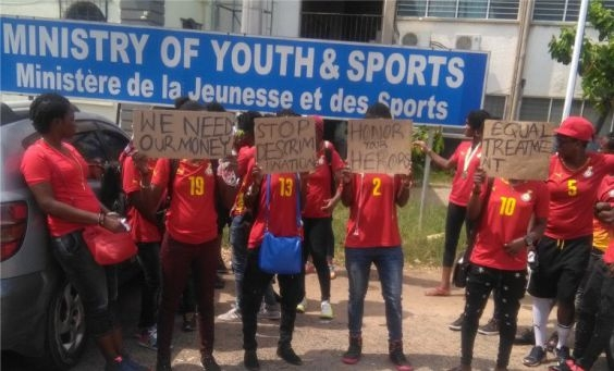 Nii Lante gives GHC100 to Black Queens after protest