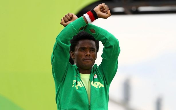 Feyisa Lilesa make political gesture on finish line 'that could see him killed'